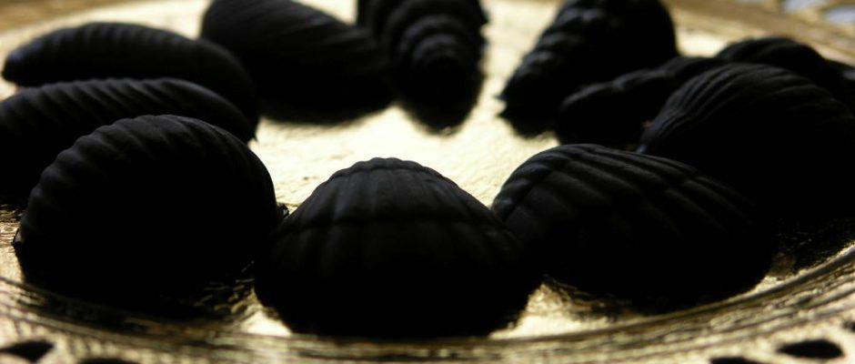 Bombons de xocolata negra amb crocanti