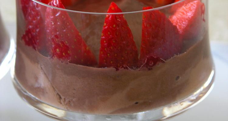 Copa de iogurt de soja i xocolata amb maduixes