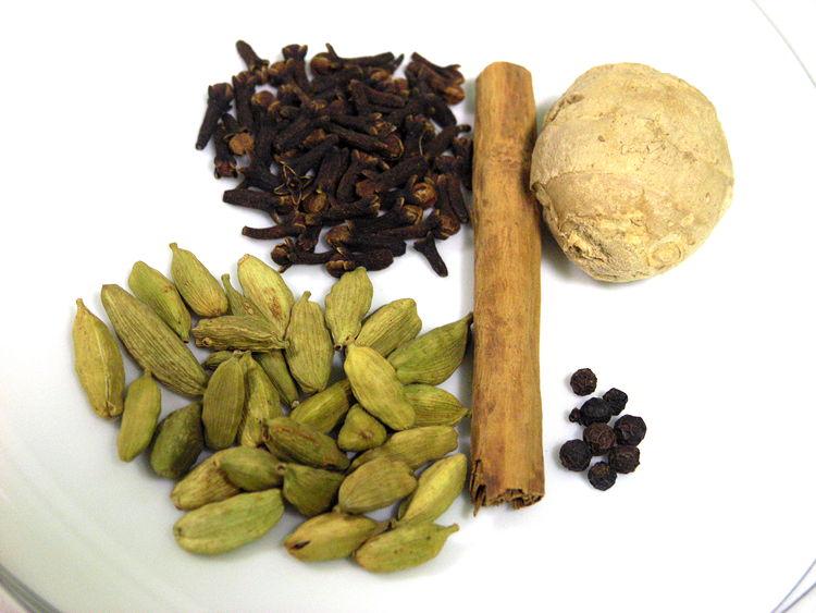 especies del te yogi, cardamom, clau, pebre, canyella i gingebre