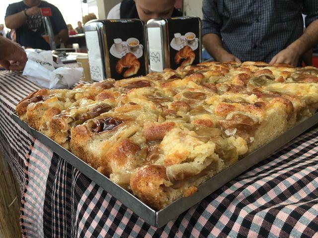 coc de maçana a la festa de la sega de l'arròs al Delta de l'Ebre